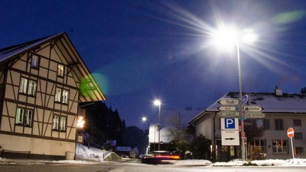 Dorfplatz mit Strassenlampe