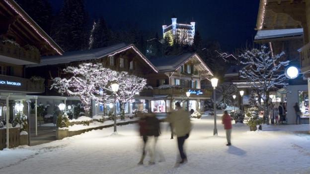 Für das Weihnachtsgeschäft ist – wie hier in Gstaad – alles bereit.