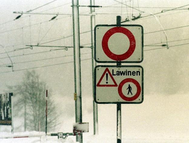 Gesperrte Strassen und Bahnstrecken im Wallis.
