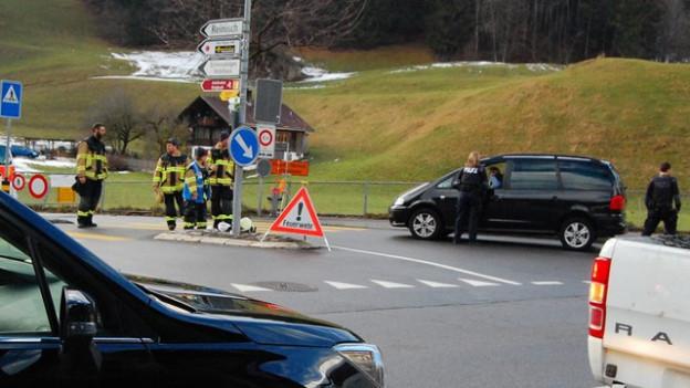 Stau bei der Einfahrt in die alte Adelbodenstrasse in Frutigen. Feuerwehr und Polizei sortieren aus, wer überhaupt durchfahren darf.