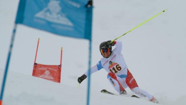 Skifahrer mit Tor auf der Piste des Inferno-Skirennens Mürren