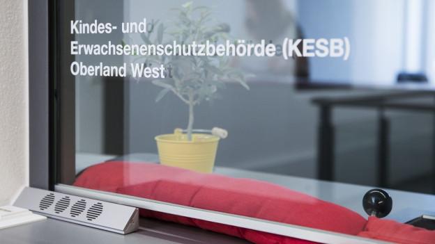 """Blick auf Eingang von Kesb """"Oberland-West"""""""