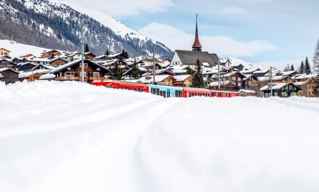 Berge von Schnee: MGB-Zug in Münster im Goms VS