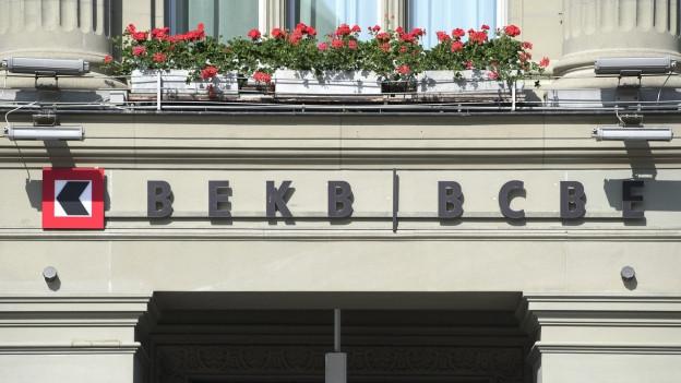Haus mit BEKB-Logo an der Fassade.