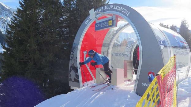 Skifahrer fährt los.