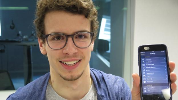 Mann mit Smartphone in der Hand.