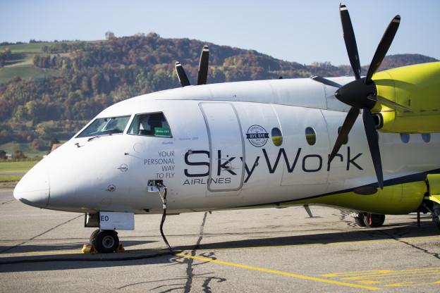 Eine Maschine der SkyWork auf dem Flughafen Bern-Belp.