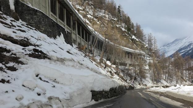 Strasse, rechts und links Schnee