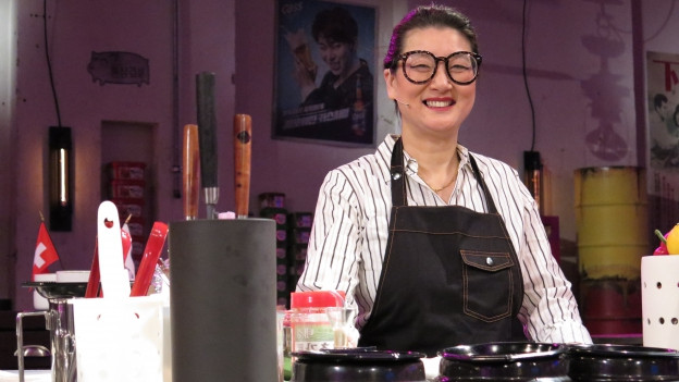 Eve Angst gefällt ihre Rolle als Köchin und Gastgeberin.