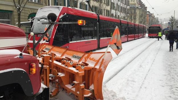 Tram steckt fest, Schneeräummaschine