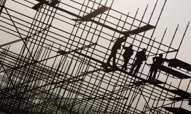 Bauarbeiter auf Stahlgerüst. Läuft da alles mit rechten Dingen?