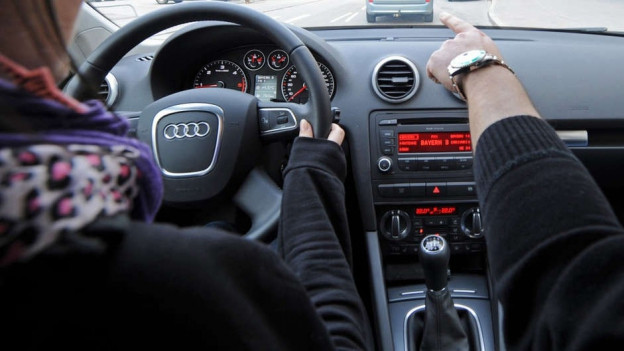 Fahrlehrling im Auto mit Fahrlehrer.