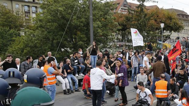 Konfrontation auf der Kirchenfeldbrücke: kurdische Demonstranten stehen der Polizei gegenüber.