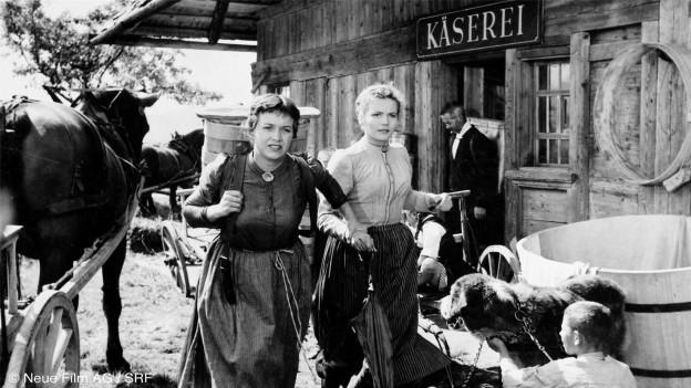 Frauen in Trachten in Schwarzweissfilm.