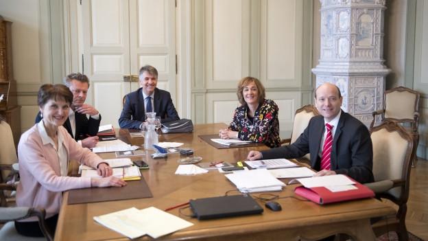 Politikerinnen und Politiker an einem Tisch.