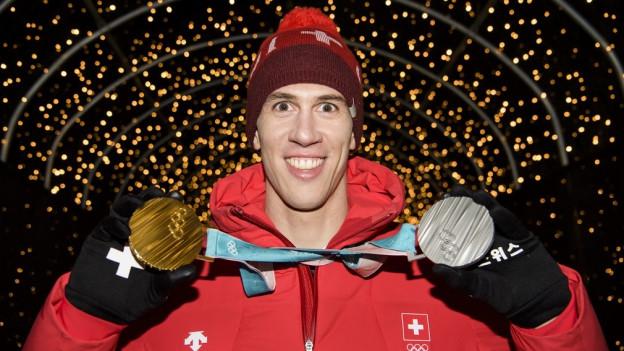 Skifahrer Ramon Zenhäusern mit seinen zwei Olympiamedaillen.