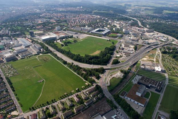 Bern von oben. Blick auf Messegelände und Sportanlagen.