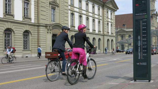 Verkehrsdirektorin Ursula Wyss und Stadtplaner Karl Vogel testen das Velobarometer.