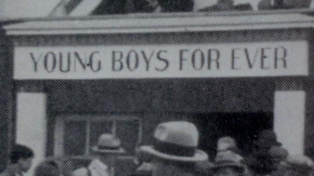 Plakat mit Aufschrift Young Boys Forever