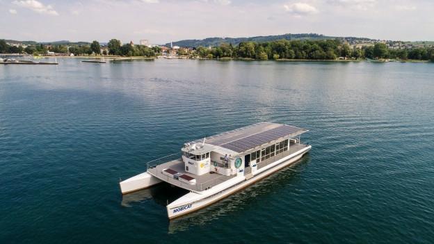 Schiff mit Solarpanels auf Bielersee