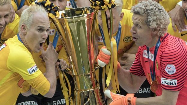 Steve von Bergen (links) und Marco Wölfli nehmen den Pokal in Empfang.