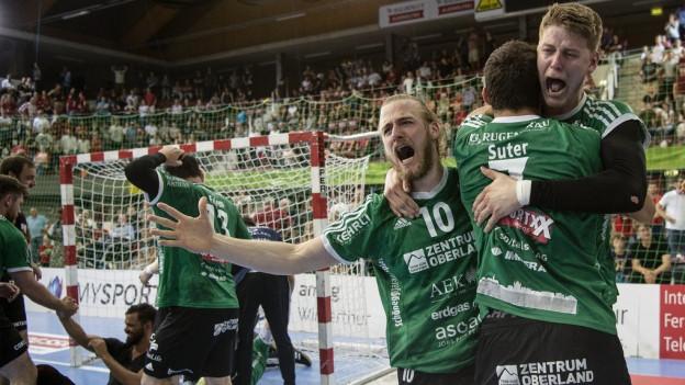 Spieler von Wacker Thun feiern den Sieg.