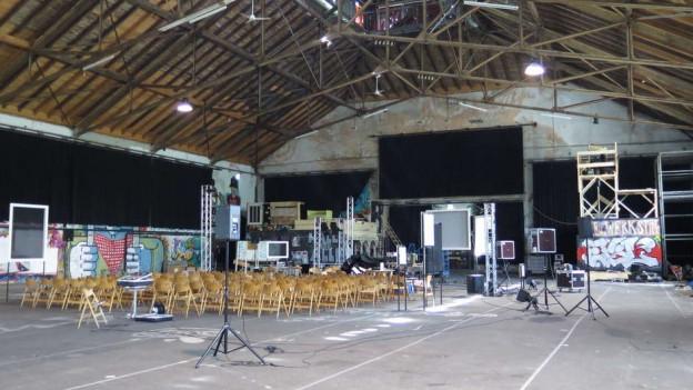 Die Grosse Halle von innen mit Stühlen für eine Veranstaltung.