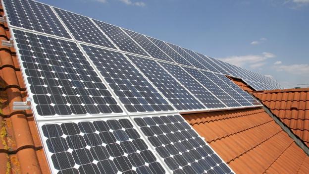Photovoltaik auf Hausdächern: Je nach Gemeinde unterschiedlich häufig.