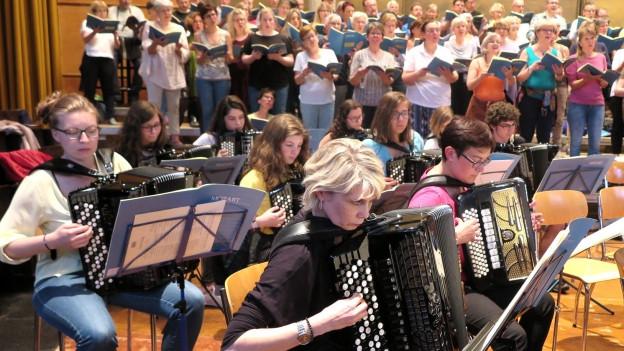 Akkordeonisten aus Bulle und der Chor aus Freiburg lassen Mozart anders tönen.