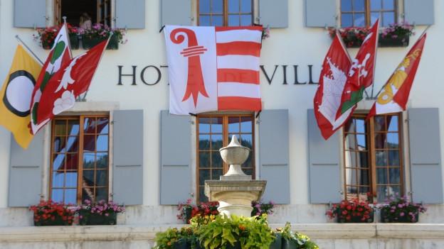 Rathaus Moutier am Abstimmungs-Sonntag.