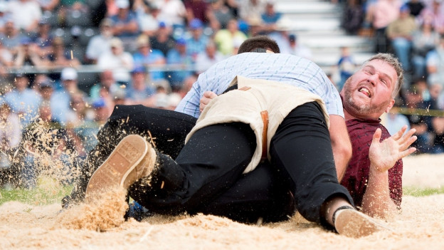 Matthias Aeschbacher legt Christian Stucki auf den Rücken.