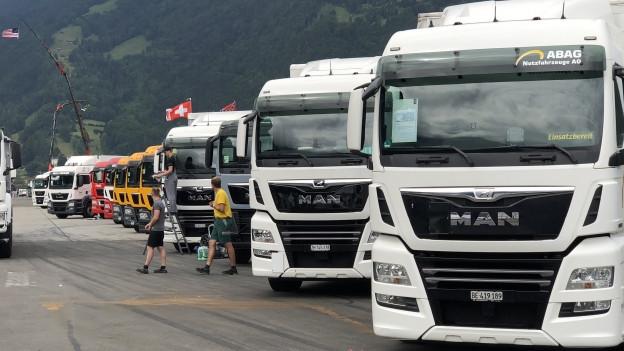 Trucker an Trucker auf dem Flugplatz in Interlaken.
