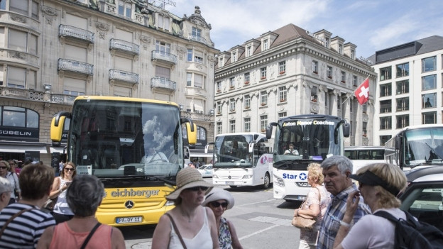 Der Schwanenplatz ist oft von Reisecars überstellt.