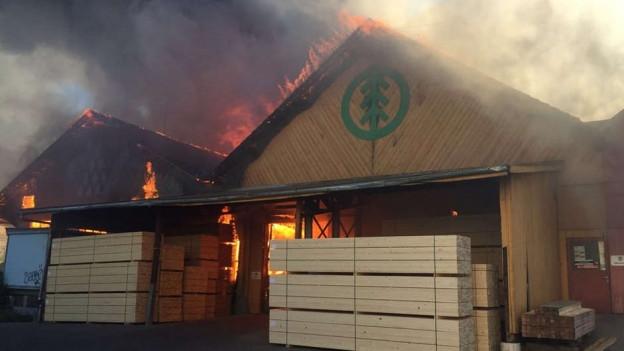 Brennende Lagerhalle