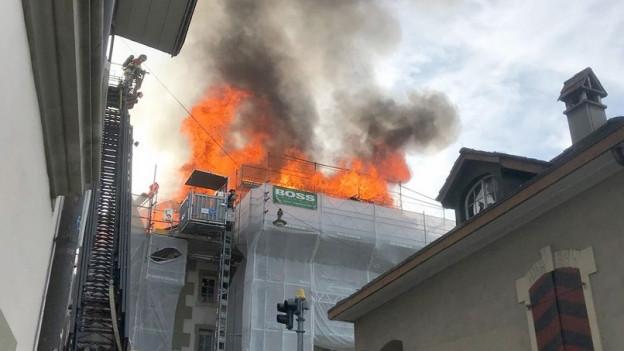 Der Dachstock des Morellhauses in der Berner Altstadt brennt
