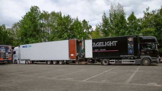 Die Lastwagen werden in Kehrsatz umgeladen