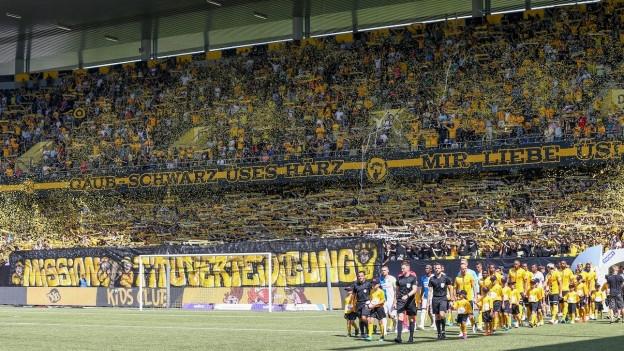 Stade de Suisse mit Fans, Spieler marschieren ein