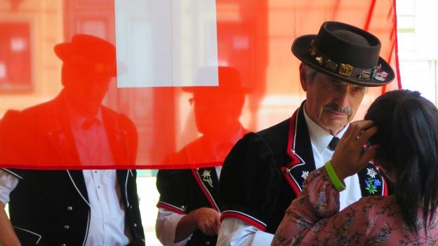 Buntes Treiben am 1. August unter Berns Lauben.