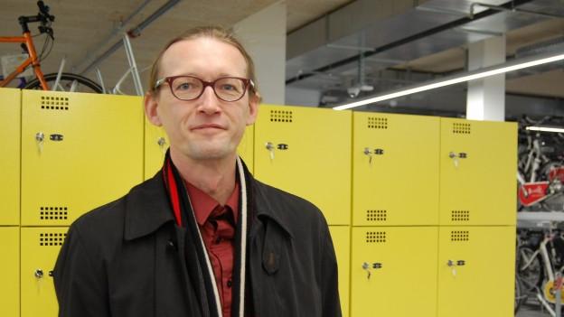 Verkehrsplaner Karl Vogel in der Velostation beim Bahnhof
