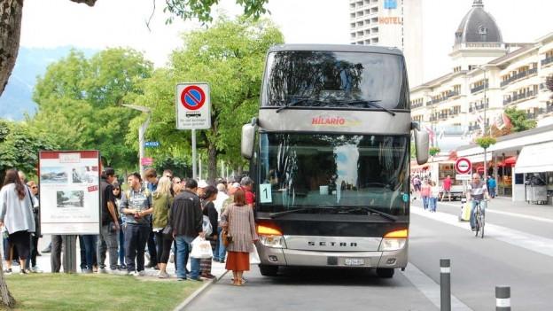 Reisecar in Interlaken mit Touristengruppe