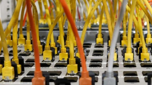 Viele Stecker und Kabel