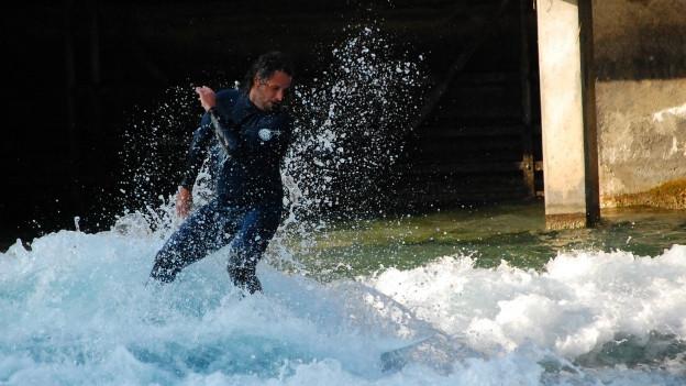 Sandro Santschi reitet die Welle unterhalb der Thuner Mühleschleuse