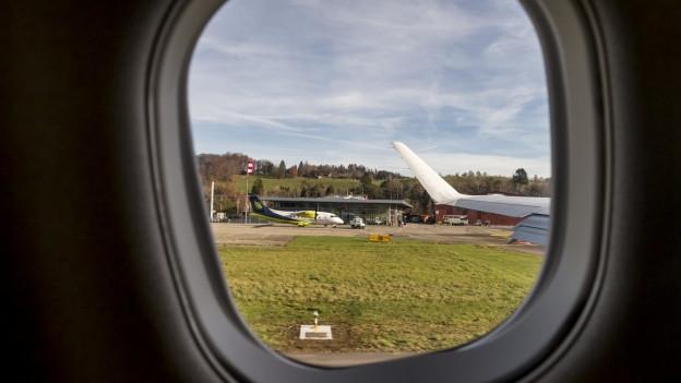 Blick von Flugzeugfenster auf Rollbahn