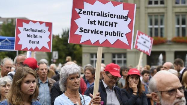 Demonstranten mit Plakaten wie «Zentralisierung ist nicht Service public»