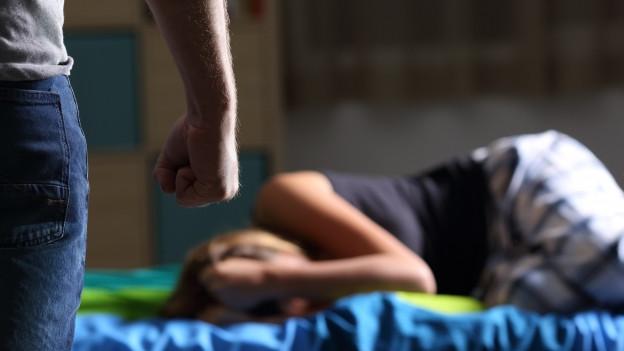 Gewalt in Paarbeziehungen verursacht in der Schweiz jährliche Kosten von rund 200 Millionen Franken.