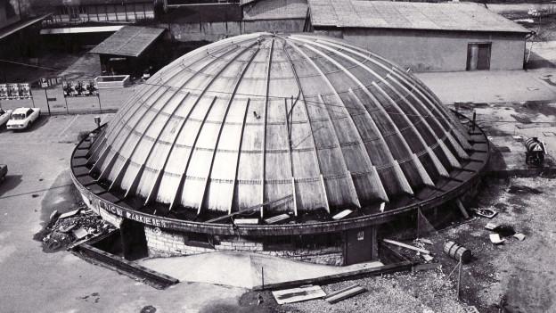 Der Bieler Gaskessel im Frühling 1975: Damals wurde er als AJZ in Betrieb genommen.