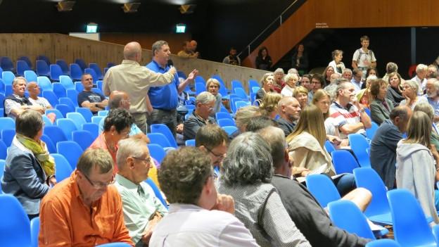 Im Bieler Kongresshaus kritisiertenrund 100 Personen die Pläne des Kantons.