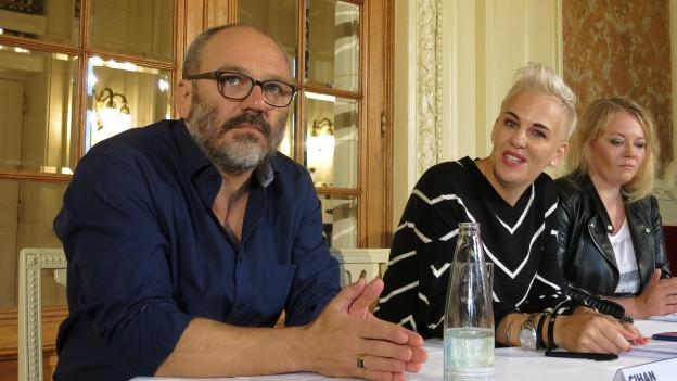 Cihan Inan neben Stiftungsratspräsidentin Nadine Borter und Schauspielerin Milva Stark, die als Vertreterin des Ensembles vor die Medien trat.