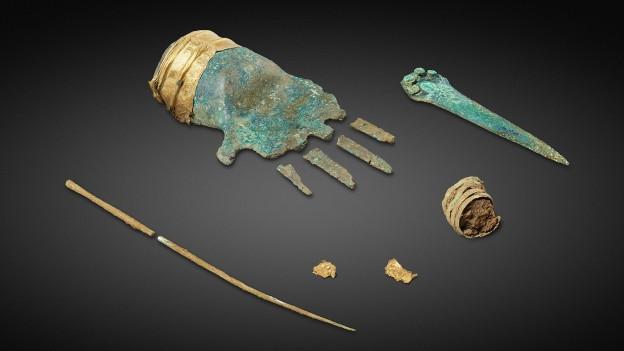 Alte Bronzehand, beschlagen mit Patina.