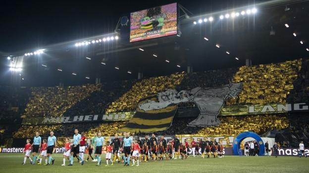 Manchester-Spielen marschieren ins Stadion ein